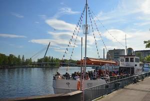 Suvilaiva on Tampereen vanhin ravintolalaiva Ratinan suvannossa.