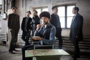 Suomalaisen jazzin kärkinimiin jo 2000-luvun alusta kuulunut, ilmiömäinen Dalindèo - Esikoislevynsä Open Scenes Ricky-Tick Recordsille vuonna 2007 julkaissut Dalindèo tunnetaan yhtenä suomalaisen 2000-luvun jazzin kärkiyhtyeenä. Kitaristi-säveltäjä Valtteri Pöyhösen johtama helsinkiläissekstetti on kerännyt mainetta tyylillisenä edelläkävijänä sekä perinteitä kunnioittavana mutta rajoja rikkovana liveyhtyeenä. Dalindèon musiikille ominaista on tanssittavuus, vahvat melodiat ja elokuvalliset tunnelmat. Helsinki-jazzin edelläkävijä, Jazz-Emmalla palkittu Dalindèo on tehnyt tinkimätöntä työtä yli 10 vuoden ajan eri musiikkilajien yhdistäjänä. Yhtye nousi keväällä 2013 ilmestyneellä Kallio-levyllään vuoden jazztapaukseksi. Albumi on vuoden aikana saavuttanut yleisön ja kriitikoiden suosion sekä 13. sijan Suomen virallisella albumilistalla. Menestyslevy vie bändin soundia jazzista surf-kitaroihin, Balkan-melodiikkaan ja 1950-luvun Suomi-iskelmään. Kuvaaja: Miikka Pirinen.
