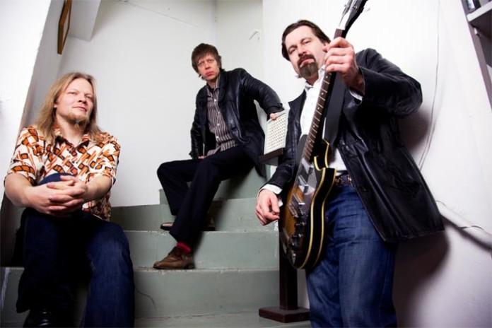 Eurooppalaisen ja maailmanlaajuisen bluesin huippukaartiin lukeutuva Tomi Leino trio on ilahduttanut blues & roots-kansaa klubeilla ja festivaaleilla jo monien vuosien ajan. Bändi tunnetaan erityisen tiukasti ja tyylikkäästi yhteenhitsautuneena liveyhtyeenä. Tänä vuonna trio juhlistaa kiertuettaan julkaisemalla uuden hienon albumin Hip shootin.