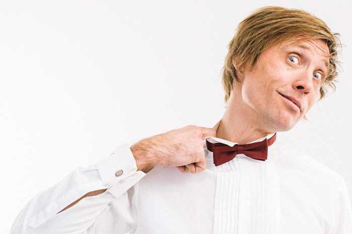 Stand up- koomikko Mikko Vaismaa tekee komiikkaa suurella sydämellä. Hän nauttii tehdä esitystä yhdessä yleisönsä kanssa, eikä kukaan lähde pois kylmänä, jos ei sitten kuole nauruun. Mikon lempeän sarkastisen elämän asenteen ja puhtaan kielenkäytön seurassa viihtyy pidempäänkin.