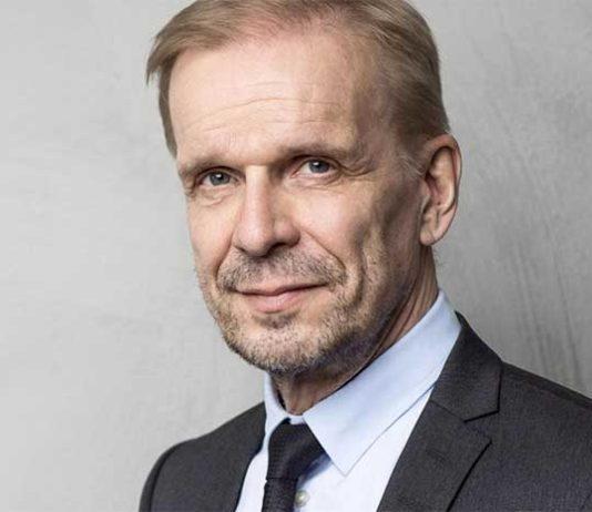 Pro Finlandia -mitalilla palkitun näyttelijän, Jukka Puotilan lisäksi lavalla nähdään kymmeniä erilaisia henkilöhahmoja. Puotila loihtii näyttämölle katsojien iloksi perinteisiä hahmoja, mutta myös monia tämän hetken kuumia nimiä pintajulkkiksista poliitikkoihin. Jo yli kymmenen vuotta ehtaa ja ajankohtaista Puotila -showta Komediateatterissa! Vuodesta 2003 lähtien lähes kaksikymmentätuhatta ihmistä on nauranut Jukalle ja useat vielä moneen kertaan.