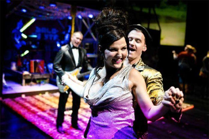 Juhannustanssit-näytelmä Tampereen Työväenteatterissa