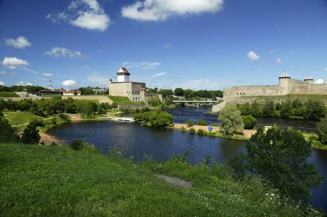 Narvanlinna näkyy kuvassa vasemmalla. Kuva: Visit Estonia, Jarek Jõepera