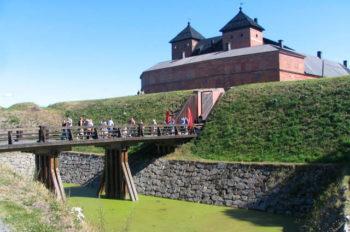 Hämeen linnan maavalli rakennettiin sen ympärille vasta myöhemmin. Alkeperäinen linna on rakennettu kallioiselle saarelle. Kuva: Toni Honko, Lifestyle Media Oy