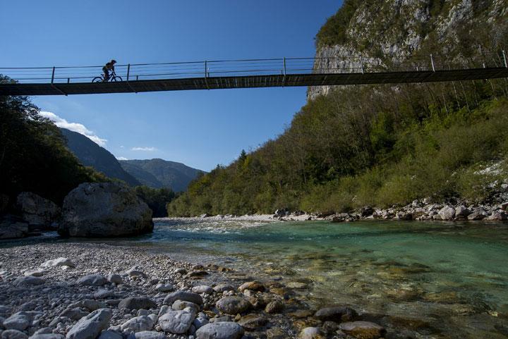 Maastopyöräilyä Slovenian Socajoen laaksossa.